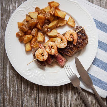 Surf & Turf – stek wołowy i krewetki z rustykalnymi ziemniakami