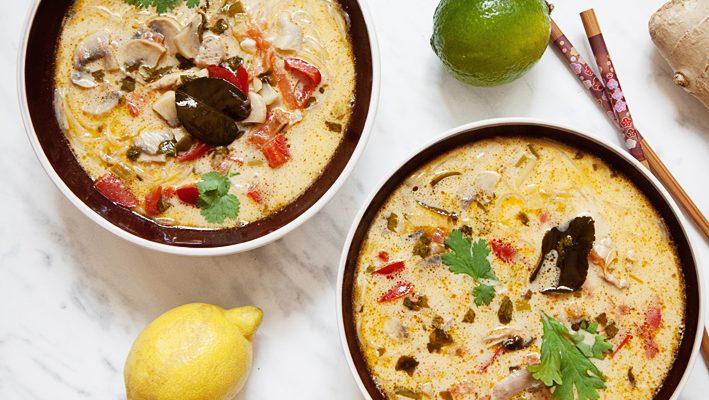 Tom yum khai – tajska zupa z kurczakiem i mlekiem kokosowym