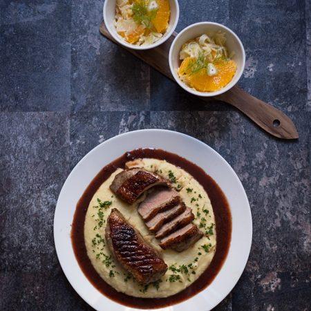 Kaczka 5 smaków na purée z ziemniaków i selera, ze śliwkowym sosem whisky i surówką z fenkułu