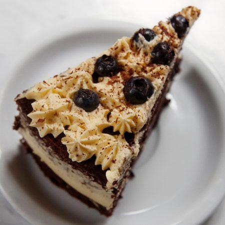 Tort czekoladowy z kremem ajerkoniakowym i borówkami – pieczemy biszkopt kakaowy