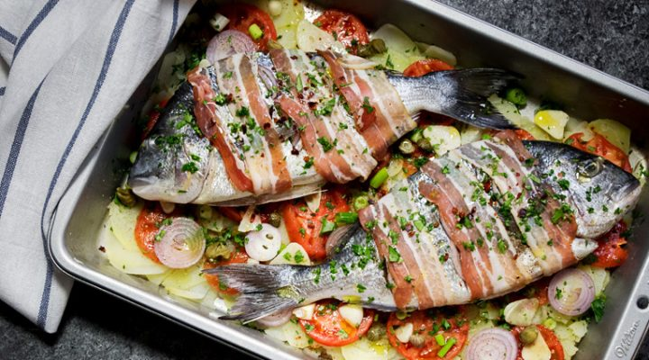 Dorada po śródziemnomorsku – soczysta, lekko pikantna, pieczona na warzywach