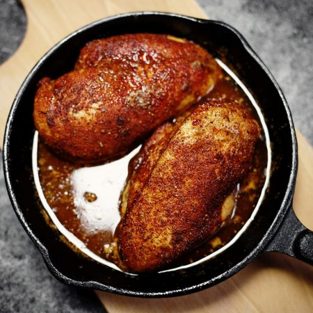 Pierś z kurczaka pieczona w piekarniku – zawsze soczysta