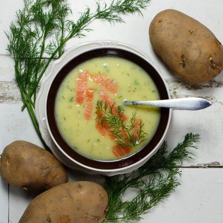 Niecodzienna kartoflanka – zupa krem z ziemniaków i porów, z wędzonym łososiem