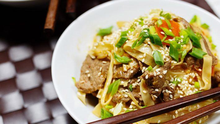 Stir fry z wołowiną, kapustą, białą rzepą i kimchi