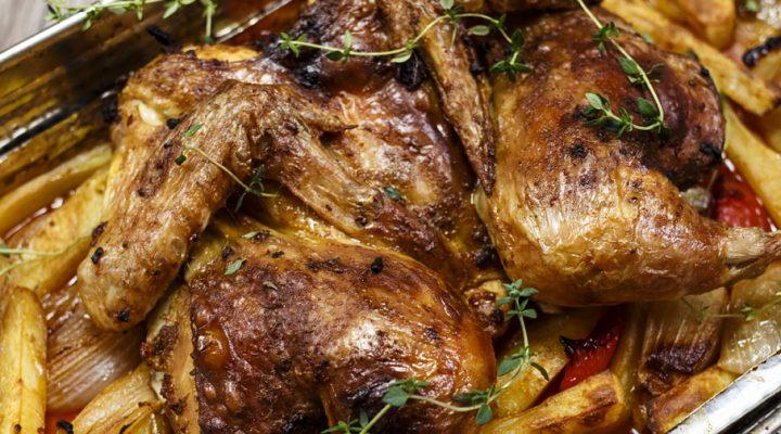 Niesamowity kurczak paprykowy – pieczony z ziemniakami i cebulą