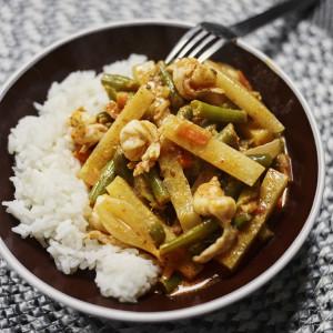 Czerwone curry z krewetkami (lub kurczakiem) i zieloną fasolką