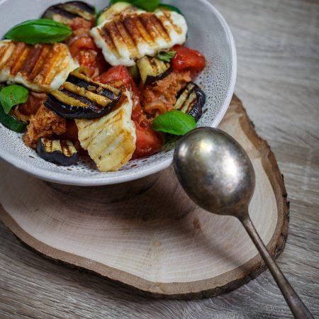 Panzanella – sałatka pomidorowo-chlebowa z grillowanymi warzywami i serem halloumi