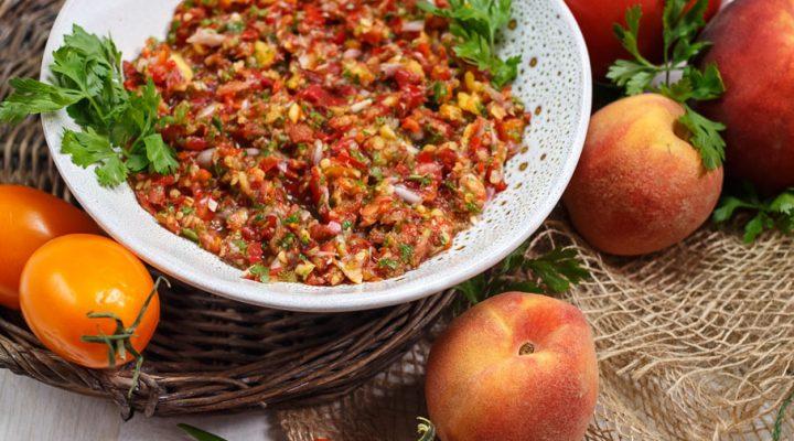 Marynowana letnia salsa z pomidorów, papryki i brzoskwiń