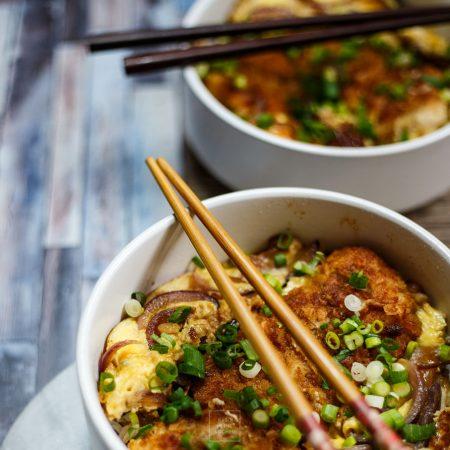 Japoński schabowy na ryżu – katsudon, kotlet zwycięzców