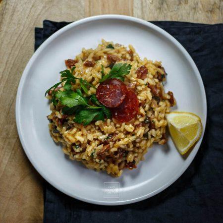 Risotto z chorizo, oliwkami i suszonymi pomidorami