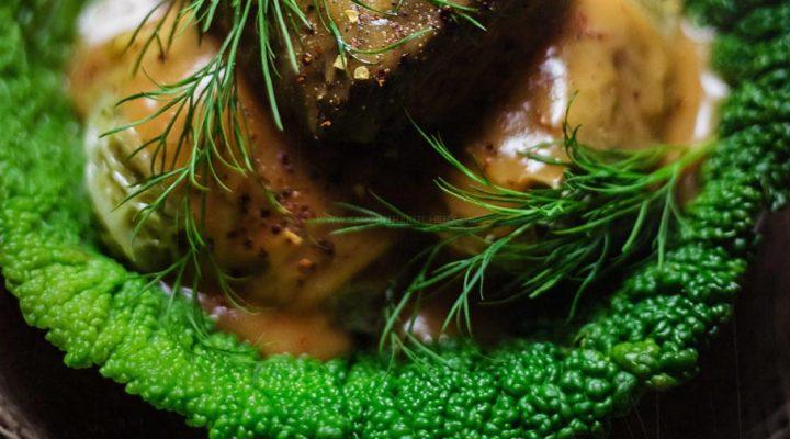 Gołąbki z kapusty włoskiej z mięsem, kaszą gryczaną i sardynkami