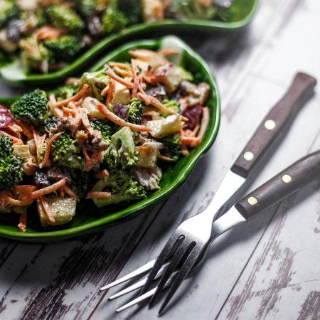 Sałatka Waldorf z surowym brokułem i odchudzonym sosem majonezowym
