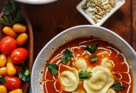 Włoska zupa pomidorowa z pomidorów z puszki