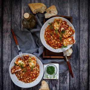 Fasolka w pomidorach po grecku – z cytryną i smażonym serem halloumi