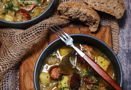 Gulasz bawarski z kapusty, kiełbasy, ziemniaków i lagera