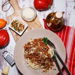 Ragù z indyka i boczniaków z czosnkowo-ziołową posypką