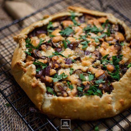 Szybka tarta z pieczarkami, cebulą i cheddarem – ciasto kruche na oliwie