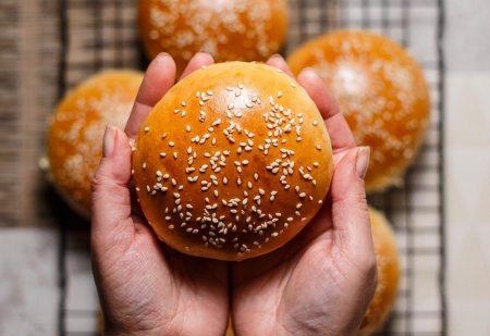 Klasyczne bułki do hamburgerów – idealnie puszyste, w godzinę!