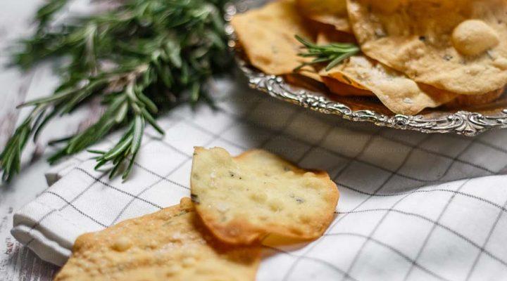 Domowe krakersy z solą i rozmarynem