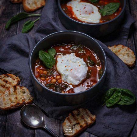 Gulasz z ciecierzycy, szpinaku i passaty pomidorowej